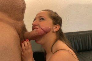 il baise la copine de son fils douche coquine